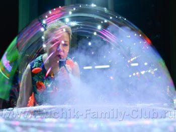 Шоу мыльных пузырей со световым столом